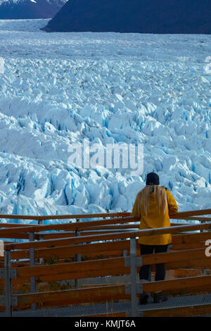 Touristische auf Gehweg und Perito Moreno Gletscher, Parque Nacional Los Glaciares (World Heritage Area), Patagonien, - Stockfoto