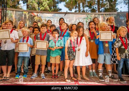 Als Junior Art Award Gewinner für ein Gruppenfoto mit ihren Preis Zertifikate, Penelope Ayora, 7 darstellen, stellt - Stockfoto