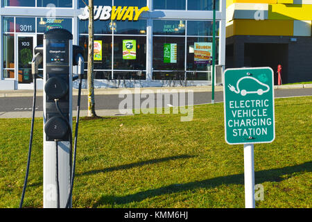 Elektroauto Ladestation außerhalb einer U-Bahn fast food Restaurant in Barkley Dorf in Bellingham, Washington, USA. - Stockfoto