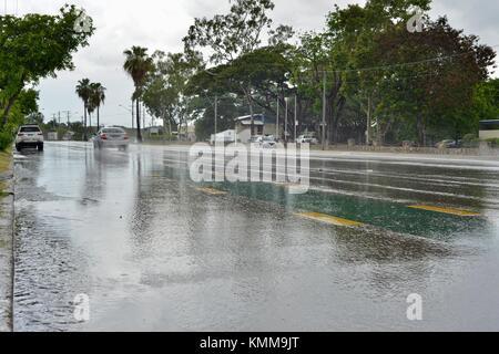 Straßenszenen von Ross River Road während ein tropischer Sturm zu Beginn der Regenzeit, Townsville, Queensland, Australien