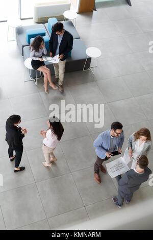 Gruppe von Geschäftsleuten die Zusammenarbeit und die am Projekt - Stockfoto