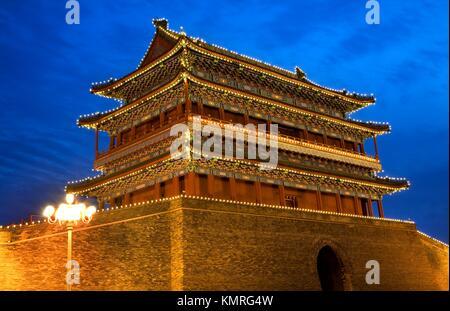 Qianmen Tor Zhengyang Männer am Pfeil Turm auf dem Platz des Himmlischen Friedens in Peking, China Night Shot - Stockfoto