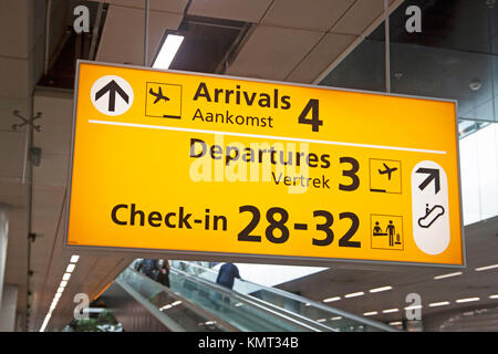 Elektrische Luftfahrt-Info-Tafel für Passagiere am Flughafen. Anreise, einchecken und abreisen. - Stockfoto
