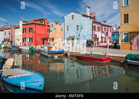 Die farbenfrohen Gebäude, Kanäle und Boote in der Venezianischen vlllage Burano, Venedig, Italien, Europa. - Stockfoto