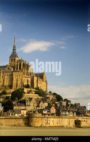 St Michael´s Mount und Ackerland mit Weizen Ballen, Manche Abteilung, Basse-Normandie Region, Normandie, Frankreich, - Stockfoto