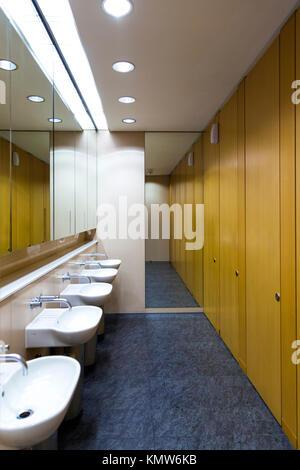 Moderne b ro toiletten und waschraum stockfoto bild for Modernes buro