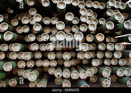 Große Rack aus Eisen metall Rohre für Öl und Gas bohren und Extraktion eingesetzt. - Stockfoto