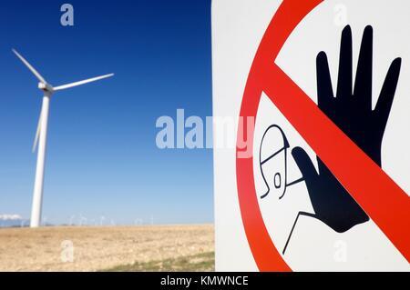 Schild mit Piktogramm kein Eintrag und Windmühle in Pozuelo de Aragón, Zaragoza, Aragon, Spanien - Stockfoto