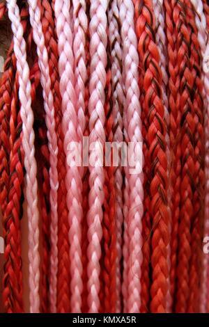 künstliche bunte geflochtenes Haar rot und rosa Farbe - Stockfoto