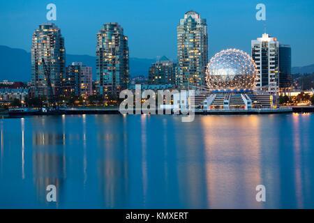 Vancouver B C, Kanada Skyline bei Nacht entlang der Uferpromenade - Stockfoto