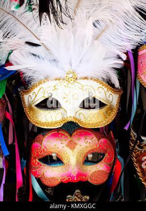 Weiß Rot Venezianische Masken weiße Federn Bänder Venedig Italien eingesetzt, da die 1200 s für Karneval, die gerade - Stockfoto