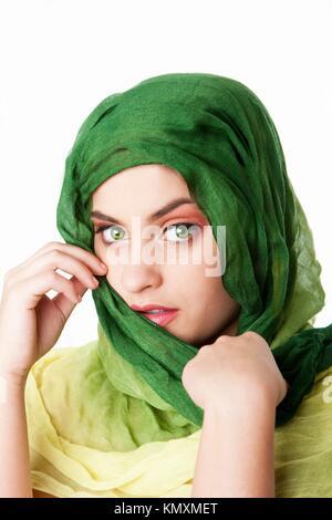 Portrait von schüchtern geheimnisvolle Schöne kaukasischen Hispanic Latina frau gesicht mit grünen durchdringenden - Stockfoto
