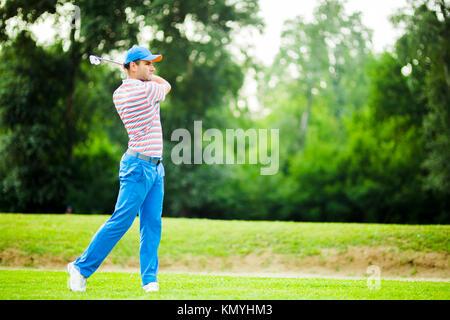 Golfspieler üben und Konzentration vor und nach dem Schuss - Stockfoto