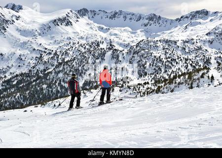 Pyrenäen, ANDORRA - Februar 10, 2017: Zwei Skifahrer im Skigebiet Blick auf ferne Berge. Ein Blick auf die Berge - Stockfoto