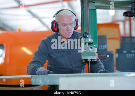 Senior Metallbauer, die CNC-Fräsmaschine - Stockfoto