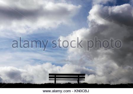 Gartensitzplatz mit einem dramatischen Himmel - Stockfoto