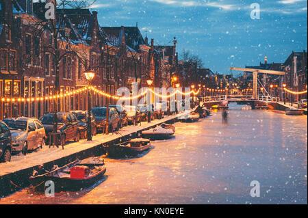 Winter Szene in Alkmaar Niederlande mit natürlichem Eis und Schnee