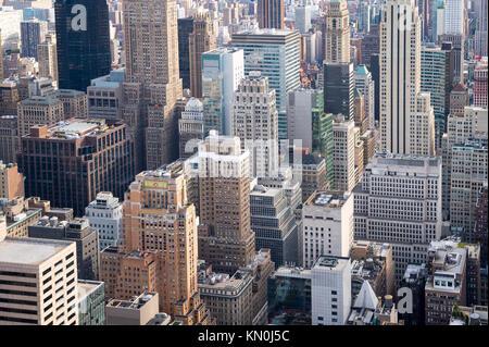 Luftaufnahme der Städtischen skyscraper Schluchten auf die Skyline von New York in Midtown Manhattan Stockfoto