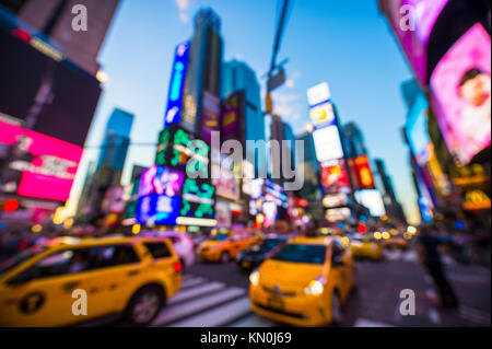 Abstrakte Unschärfe-effekte im Blick auf New York Taxi Verkehr unter den bunten Leuchtreklamen am Times Square bei - Stockfoto
