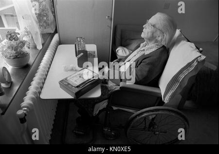 Altenheim, behinderte Frau in ihrem Rollstuhl hören Sie Radio 1970s England 70 s UK HOMER SYKES - Stockfoto