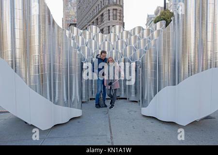 Deutsche Touristen für Fotos vor der Skulptur Flatiron Reflexionen der Zukunft Ausdruck im Flatiron District von - Stockfoto