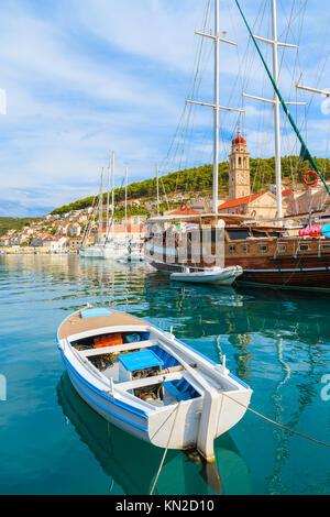 Boot- und Yachtcharter Verankerung in Bol auf der Insel Brac, Dalmatien, Kroatien - Stockfoto