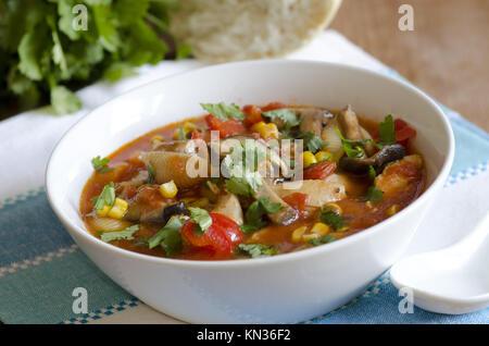 Huhn, Nudeln shell und Gemüsebrühe in eine Schüssel geben. - Stockfoto