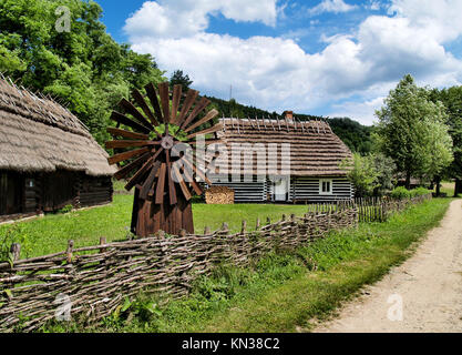 alte polnische wei e holzhaus mit reetdach aus masowien open air museum in sierpc polen europa. Black Bedroom Furniture Sets. Home Design Ideas