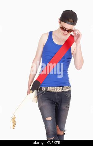 Teenager mit Sonnenbrille und E-Gitarre - auf weißen isoliert. - Stockfoto