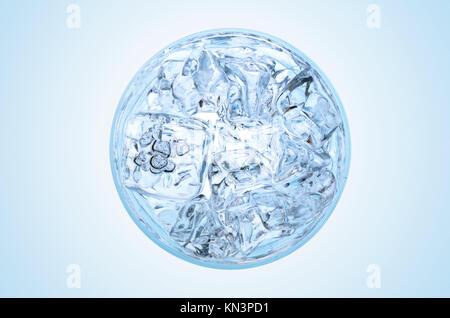 Glas Wasser mit Eis die Aussicht von oben. - Stockfoto