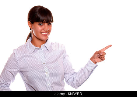Porträt einer attraktiven jungen Geschäftsfrau, die auf ihrem linken auf, während er auf sie stehend über weißen - Stockfoto