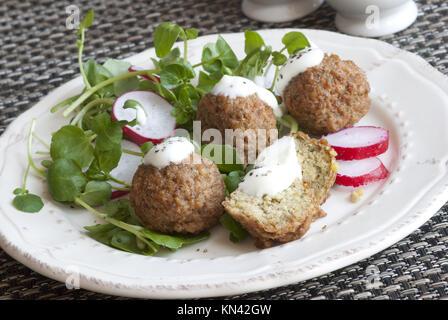 Falafels mit Meerrettich und Kresse auf einem Teller. - Stockfoto