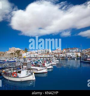 Ciutadella Menorca Marina mit Blick auf den Hafen und Rathaus Rathaus Balearen. - Stockfoto