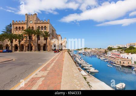 Ciutadella Menorca Rathaus und Hafen in Ciutadella, Balearen. - Stockfoto