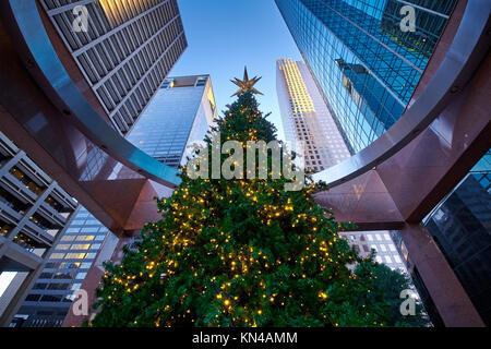 Hoch geschmückten Weihnachtsbaum von hohen Downtown Wolkenkratzer, Houston, Texas überschattet - Unternehmen feiern - Stockfoto