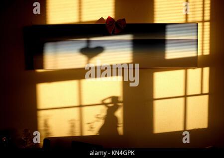 Gespenstische Schatten und Herzform Schatten an der Wand erstellt von Niedrig - Stockfoto
