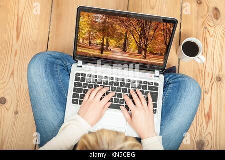 Frau Herbst Foto auf Laptop suchen. - Stockfoto