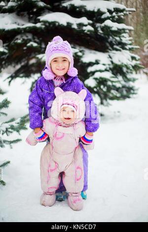 Zwei glückliche Schwestern outdoor im Winter Park - Stockfoto