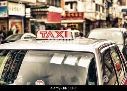 HONG KONG - 12. April: Taxis auf der Straße am 12. April 2014 in Hong Kong. Über 90 % der täglichen Reisenden die - Stockfoto