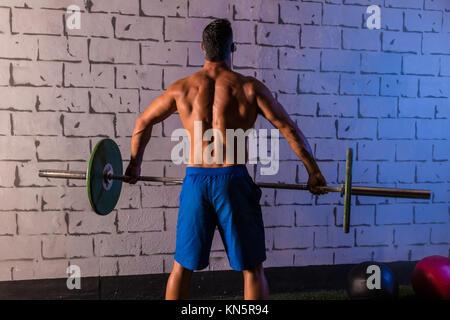 Langhantelstange Gewichtheben mann Rückansicht Fitnessraum Gewichtheben. - Stockfoto