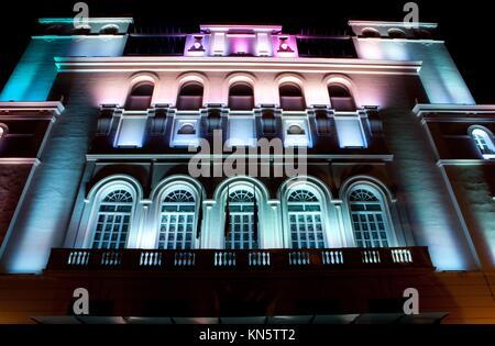 Fassade mit mehreren Farben beleuchtete LED-Leuchten. - Stockfoto