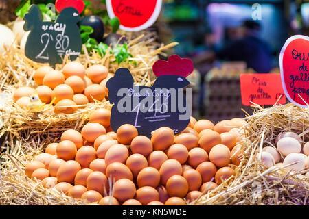 Innenraum eines langen lebensmittelmarkt, der Details von Eiern Gruppe. - Stockfoto