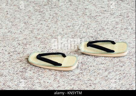 Paar traditionelle japanische Sandalen auf Teppichboden. Selektiven Fokus. - Stockfoto