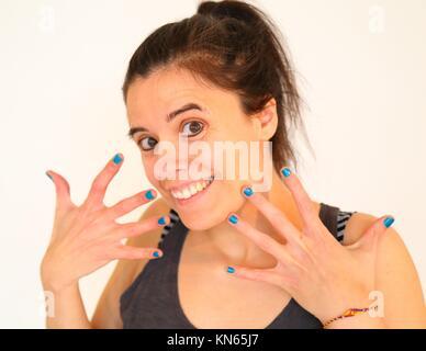 Smily Mädchen zeigen ihre Hände und ihr lackierte Nägel. - Stockfoto
