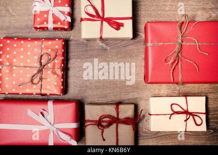 Weihnachtsgeschenke Kartons auf einer hölzernen Tisch Hintergrund und zentrale Kopie Platz für Text - Stockfoto