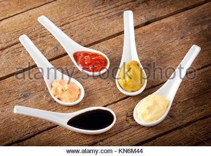 Saucen in der Keramik Löffel gemischt. - Stockfoto