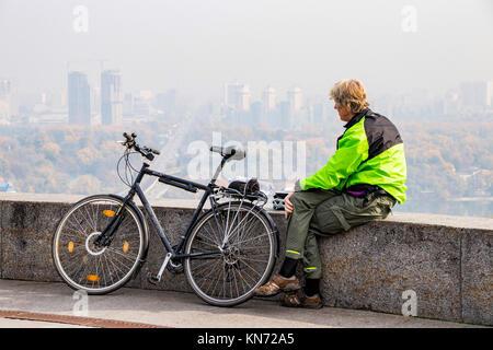 Touristische auf dem Fahrrad in der Stadt Kiew Ukraine 10,10,2017 - Stockfoto
