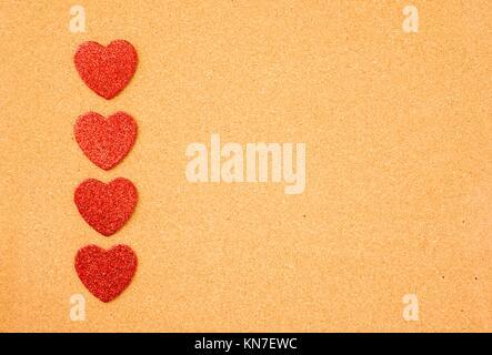 Herzen am Schwarzen Brett. Symbol der Liebe, Valentine, Urlaub und Romanze Büro. - Stockfoto