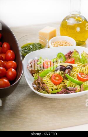 frische gesunde hausgemachte italienische fusilli pasta salat mit parmesan k se pachino. Black Bedroom Furniture Sets. Home Design Ideas