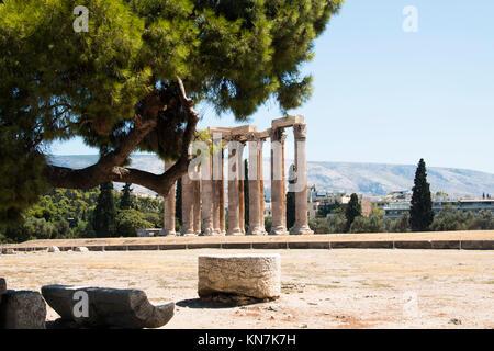 Die Ruinen der Tempel des Zeus in Athen, der Hauptstadt von Griechenland - Stockfoto